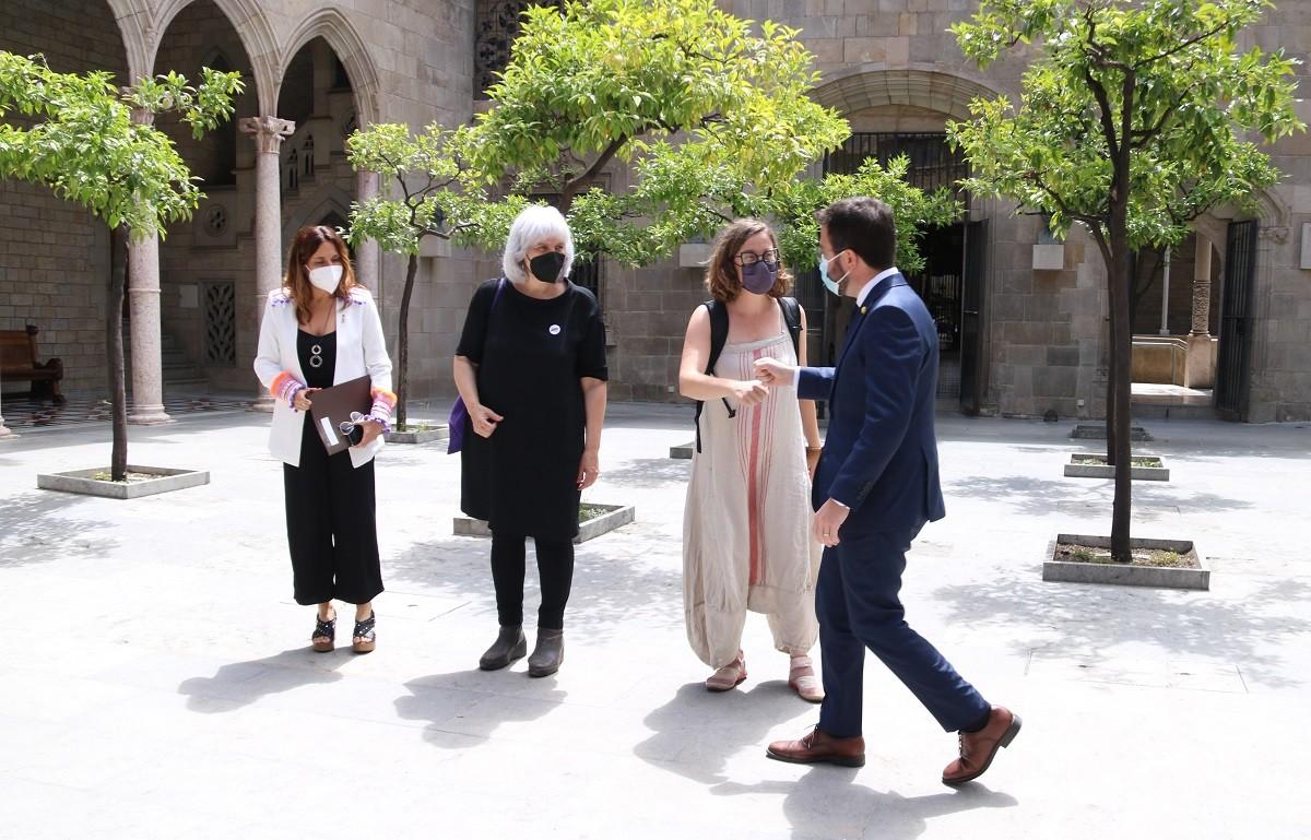 Les diputades de la CUP Dolors Sabater i Eulàlia Reguant en una reunió amb Pere Aragonès i Laura Vilagrà