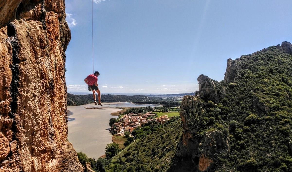 Un escalador penjat a la paret de l'Os