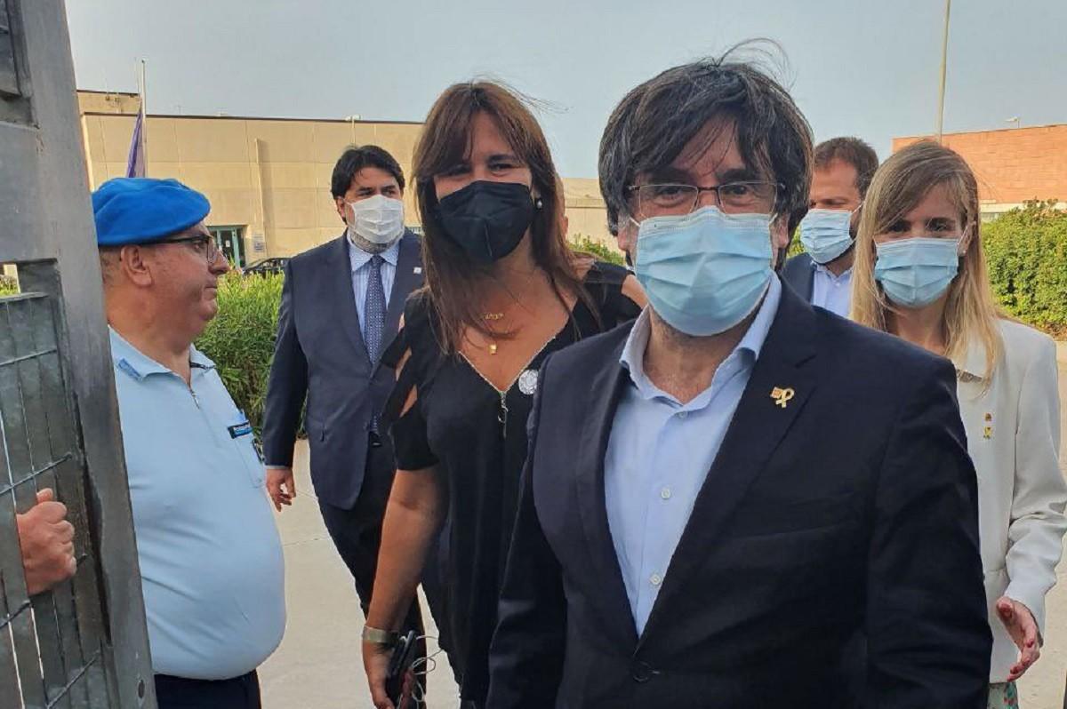 Carles Puigdemont sortint de la presó de Sardenya
