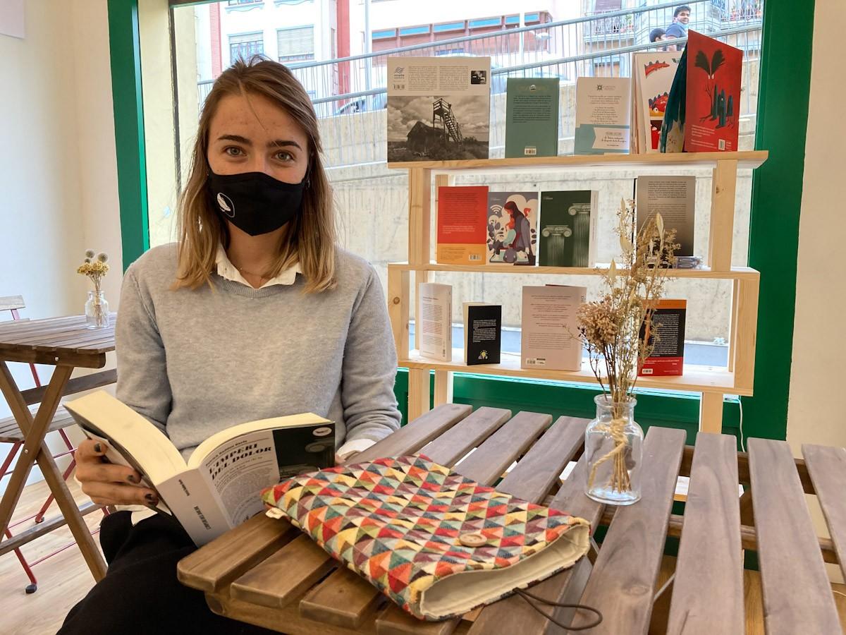 Júlia Albesa, llibretera de la Irreal en un dels racons de la nova llibreria de Tortosa