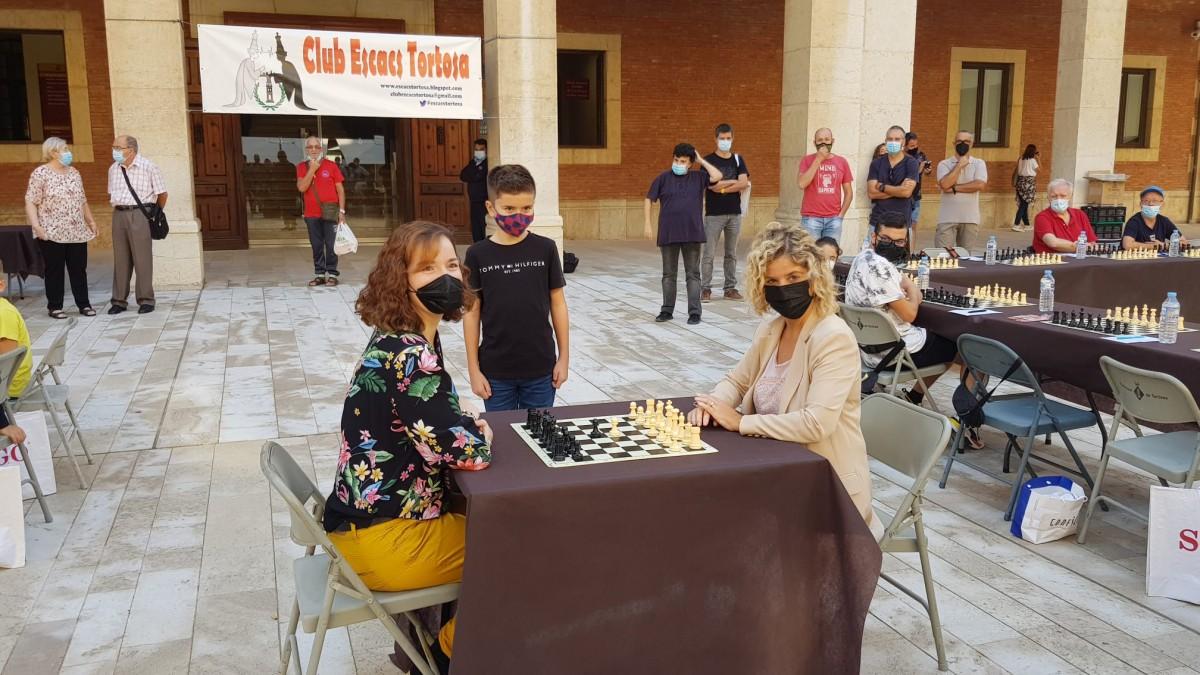 Sacada d'honor de l'alcaldessa de Tortosa, Meritxell Roigé, la campiona Sabrina Vega I la jove promesa Xavier Mompel