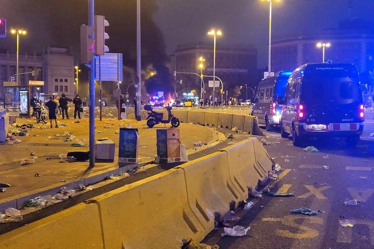 Diverses furgones dels Mossos i destrosses visibles a Plaça Espanya