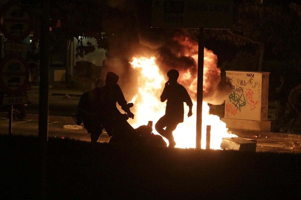 Dos joves cremant una moto aquesta nit