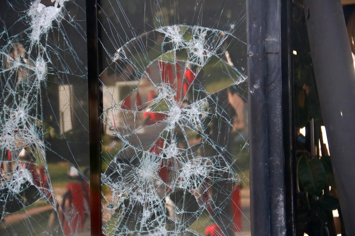 Així ha quedat el vidre d'un restaurant del front marítim