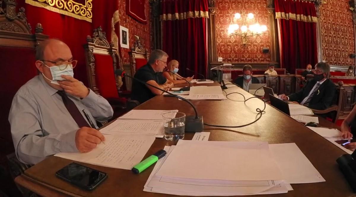 Jordi Fortuny, en primer pla, en una imatge d'arxiu al ple municipal.