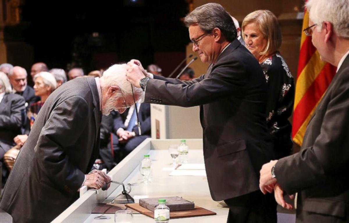 Artur Mas fent entrega de la Creu de Sant Jordi l'any 2015 a Jesús Massip