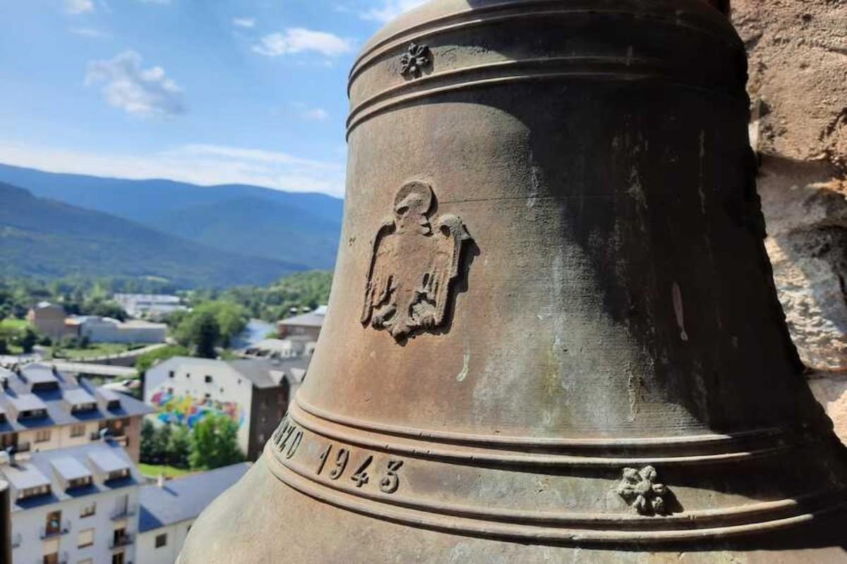 Una àguila franquista gravada en una de les campanes de l'església de Sort