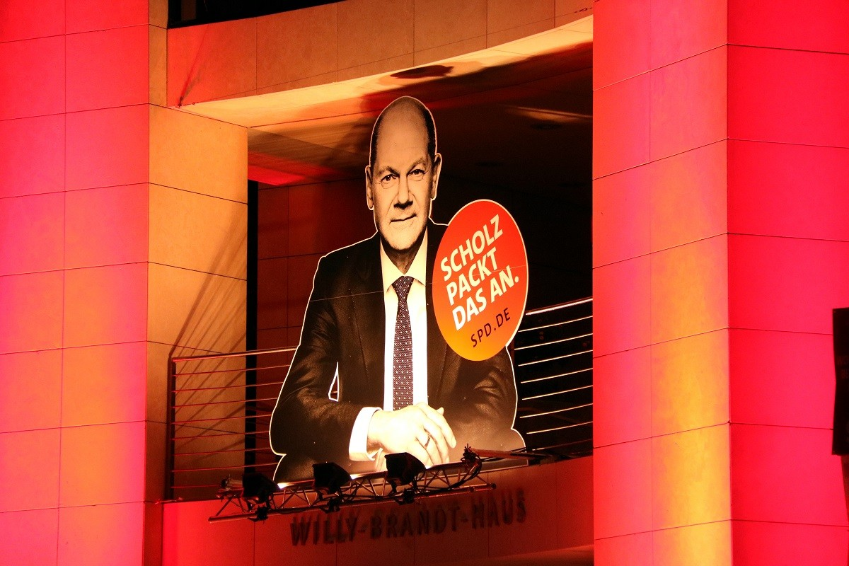 Un cartell d'Olaf Scholz, durant la nit electoral dels socialistes alemanys.