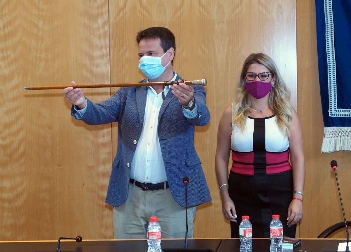Klein sosté la vara d'alcalde, aquest dimarts, al saló de plens de l'Ajuntament de Cambrils