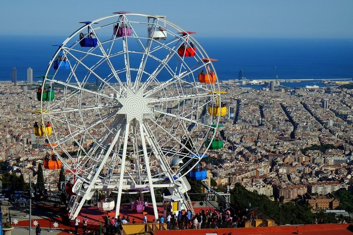 La nòria del Tibidabo de Barcelona, amb la ciutat de fons