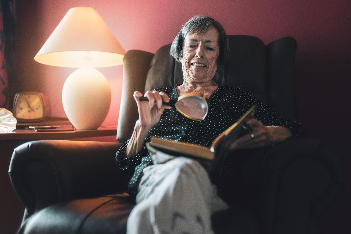 La campanya «Truca a la porta» vol conscienciar i detectar la soledat en gent gran