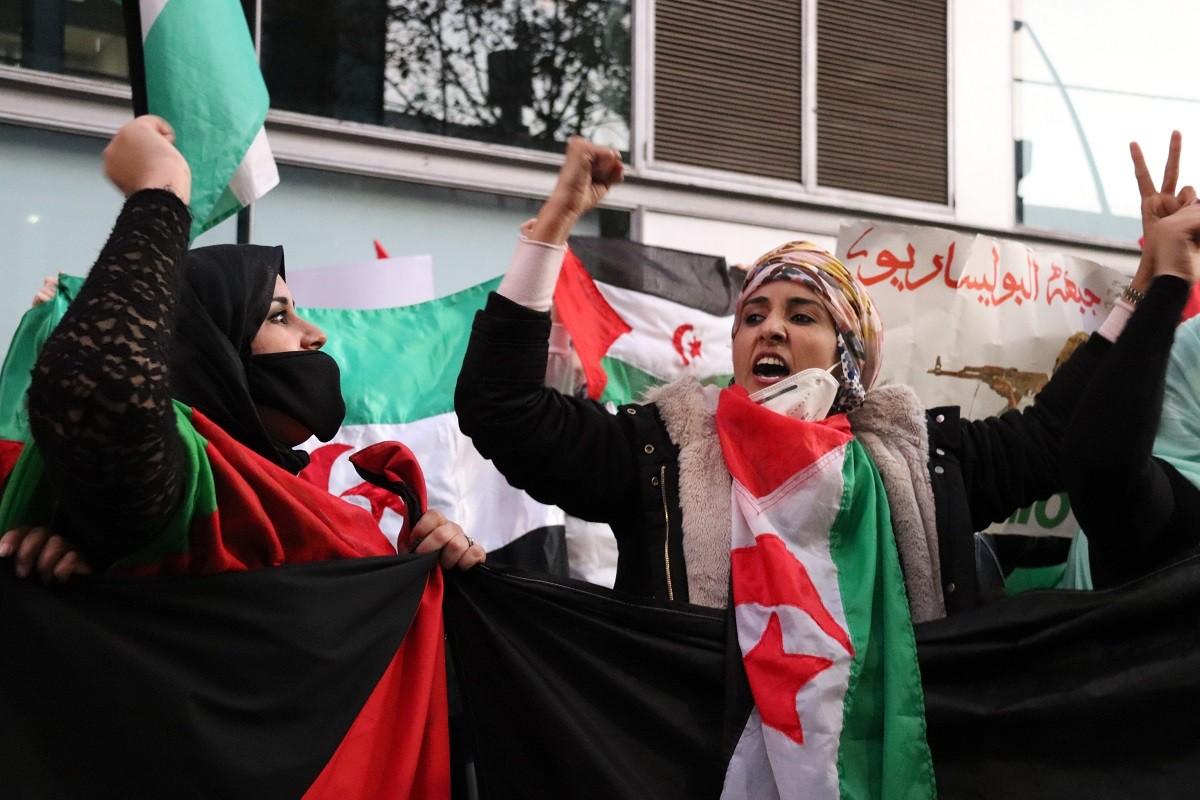 Manifestants a favor de l'autodeterminació del Sàhara Occidental en una protesta davant del consulat del Marroc