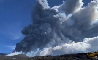 El volcà Etna erupciona i deixa una columna de fum de 9.000 metres d'altura