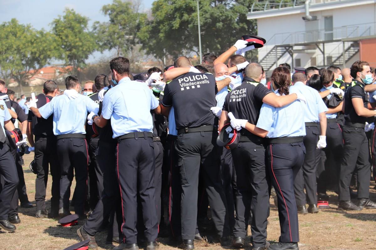 Pla tancat d'alguns agents de la 34a edició del cos de policia celebrant que s'han graduat.
