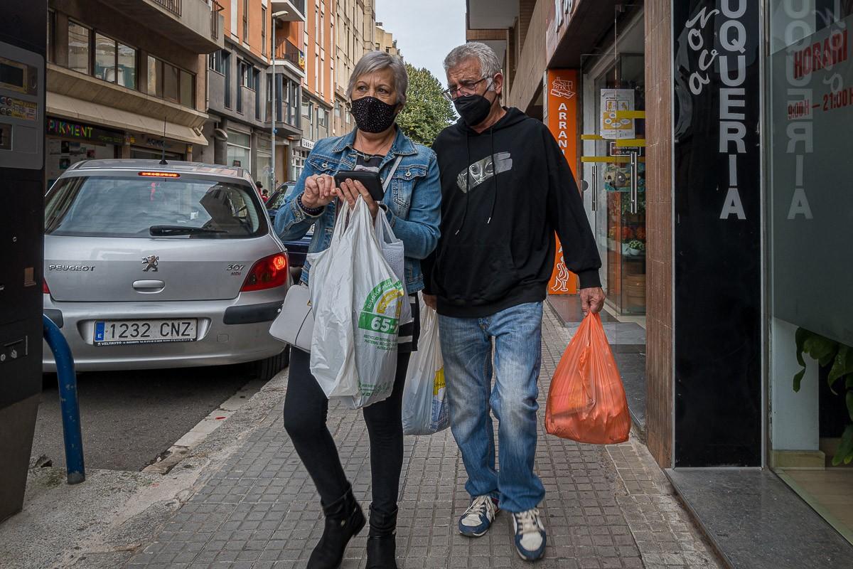 Dos persones amb mascareta en una població catalana