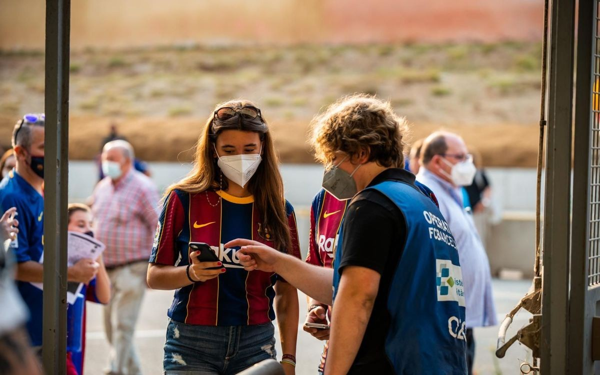 Una aficionada entrant al Camp Nou