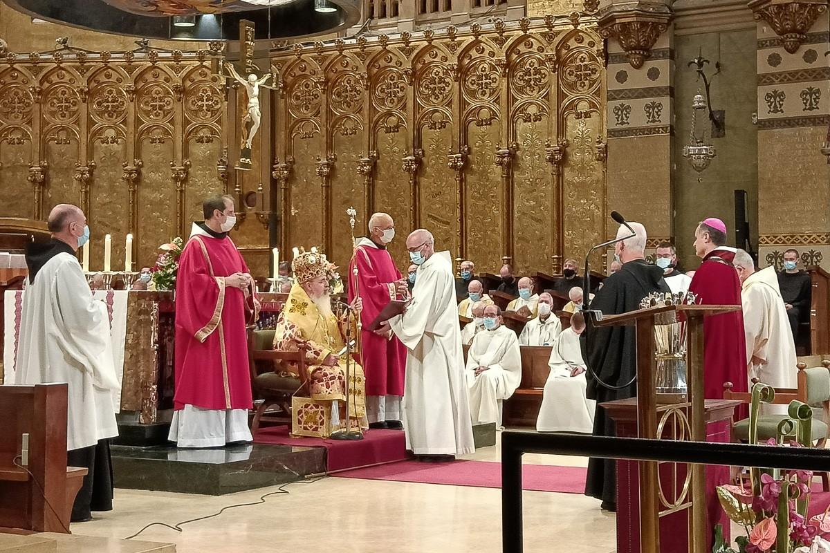 El nou abat, Manel Gasch, a la dreta, davant el bisbe Manuel Mir aquest dimecres.