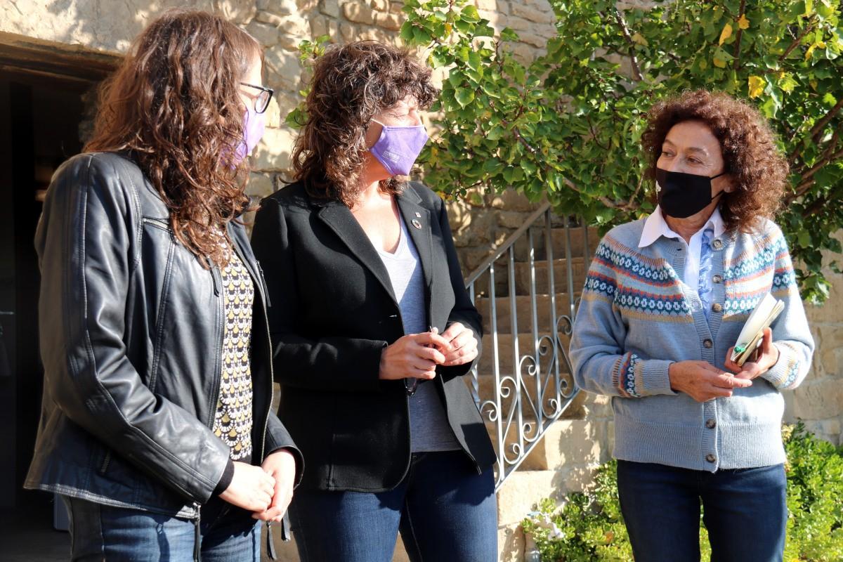 Les conselleres Verge i Jordà amb una de les membres de l'associació Dones del Món Rural
