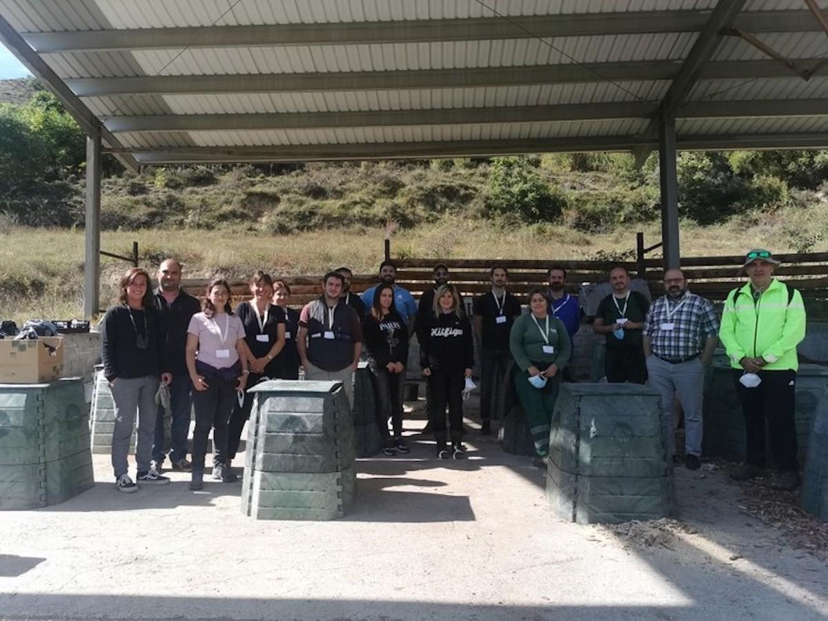 Imatge dels participants en el curs de compostatge