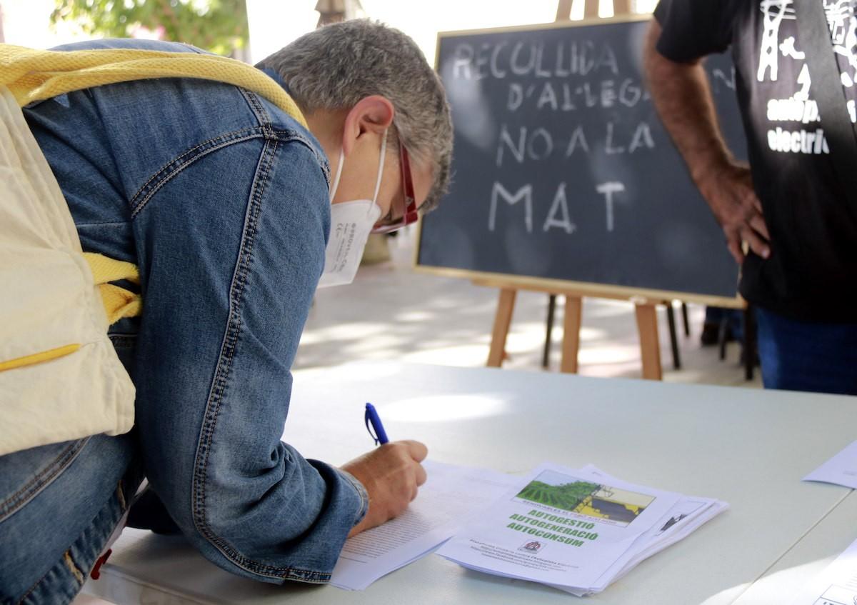 Pla tancat d'una dona signant contra la MAT el passat dissabte a Tremp