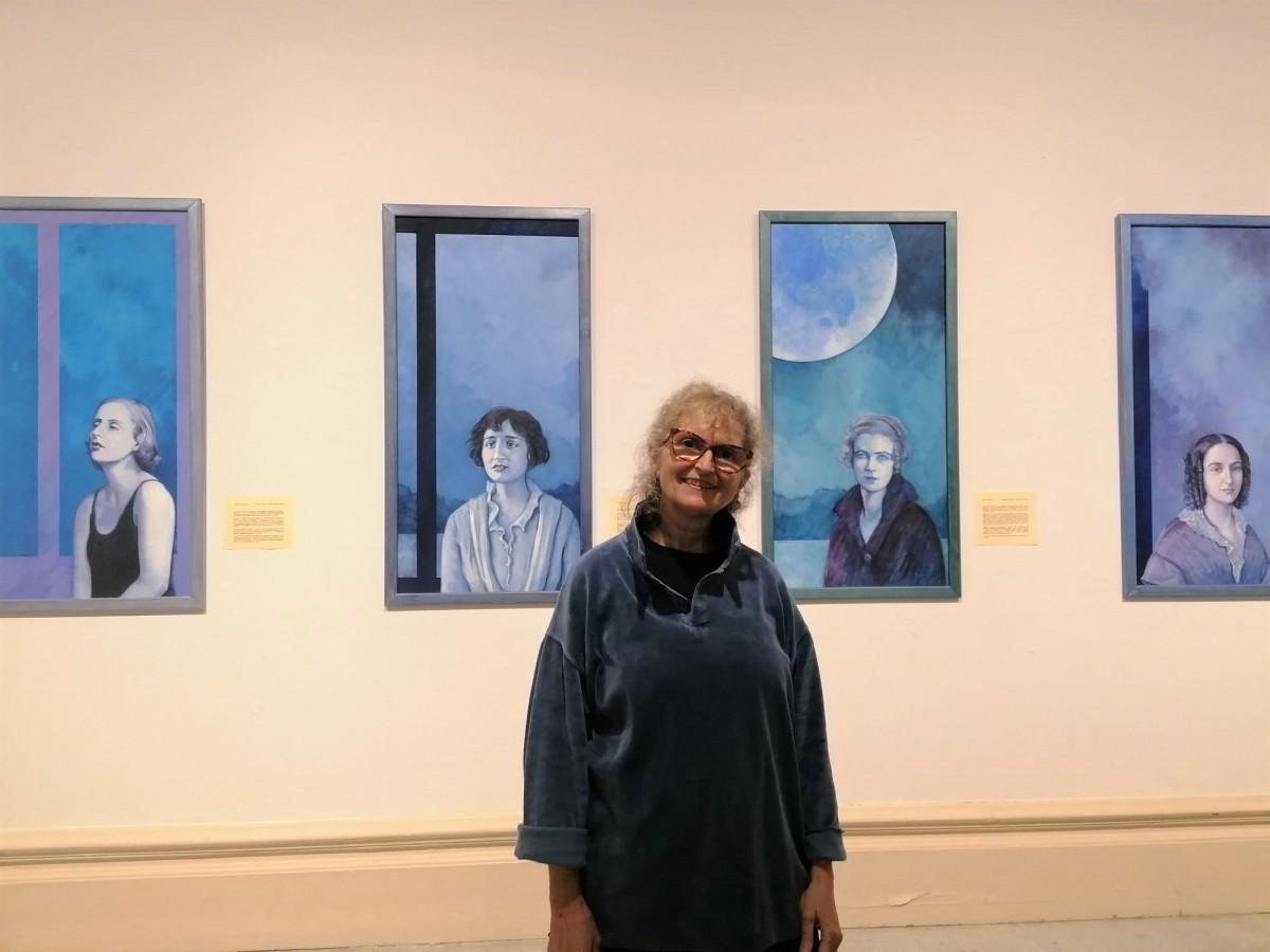 L'artista Isabel Jover durant la inauguració al Centre de Lectura