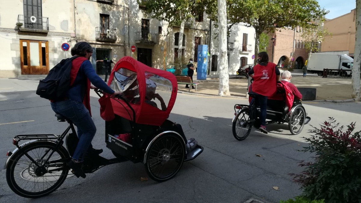 Persones voluntàries amb els tricicles adaptats.