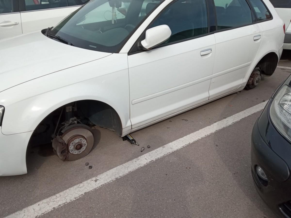 El cotxe de la víctima, sense rodes.