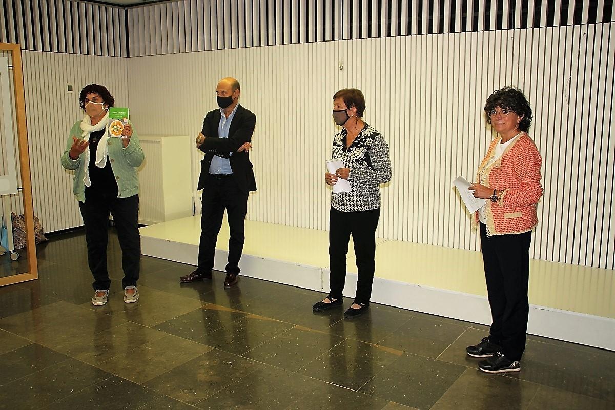 Ramona Santaeulària, de l'Associació de Dones del Solsonès ha presentat a les autores del llibre