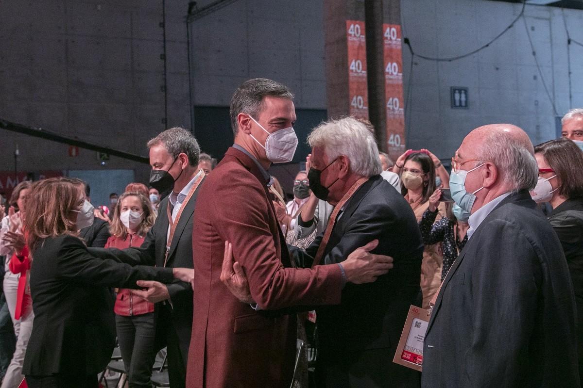 Sánchez i González s'abracen al congrés del PSOE