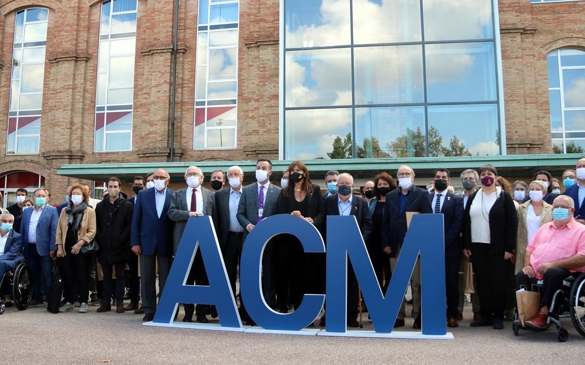 Foto de grup un cop finalitzat l'acte de commemoració del 40è aniversari de l'ACM