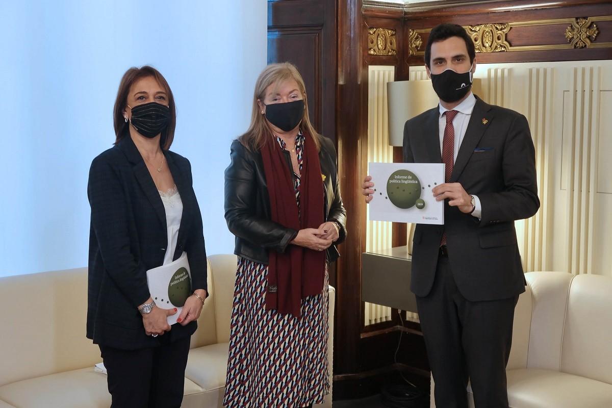 Lliurament del darrer informe de Política Lingüística, el de 2019, al Parlament amb Franquesa, Ponsa i Torrent