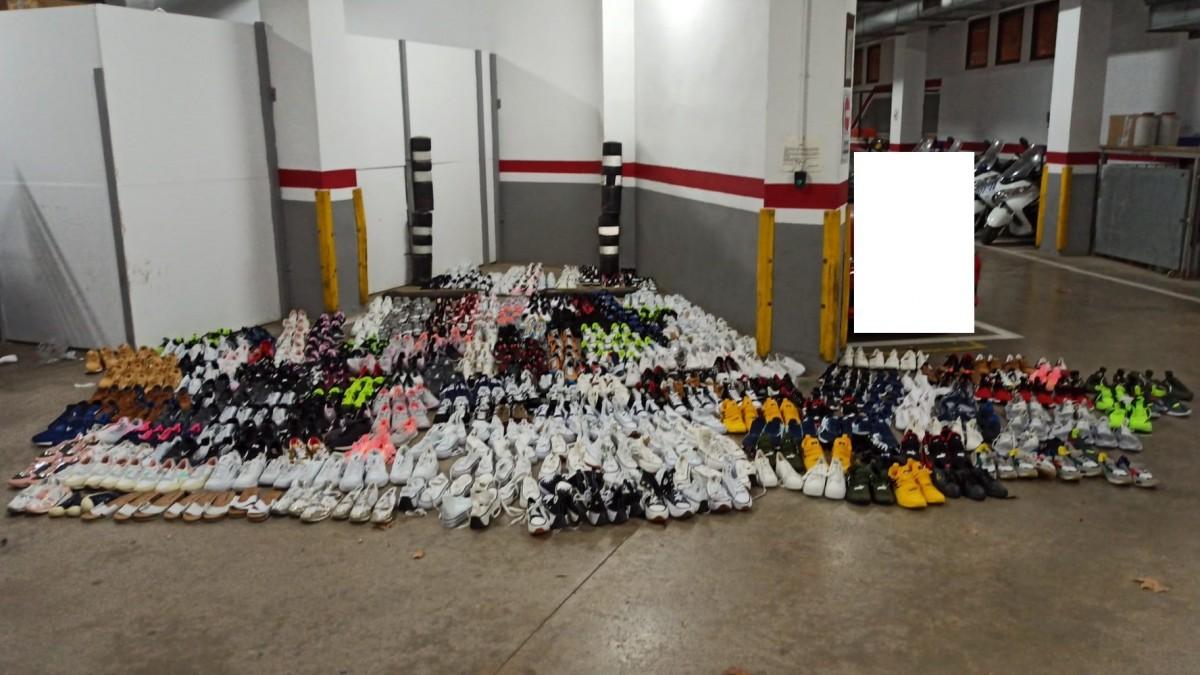 Imatge de les sabates que l'individu duia al cotxe