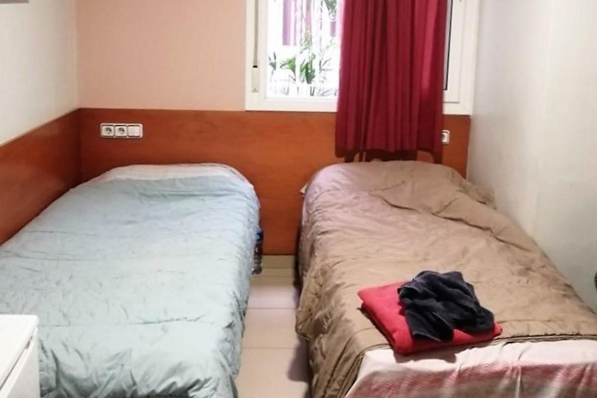 Habitació d'hostal on viuen persones desnonades a Terrassa.