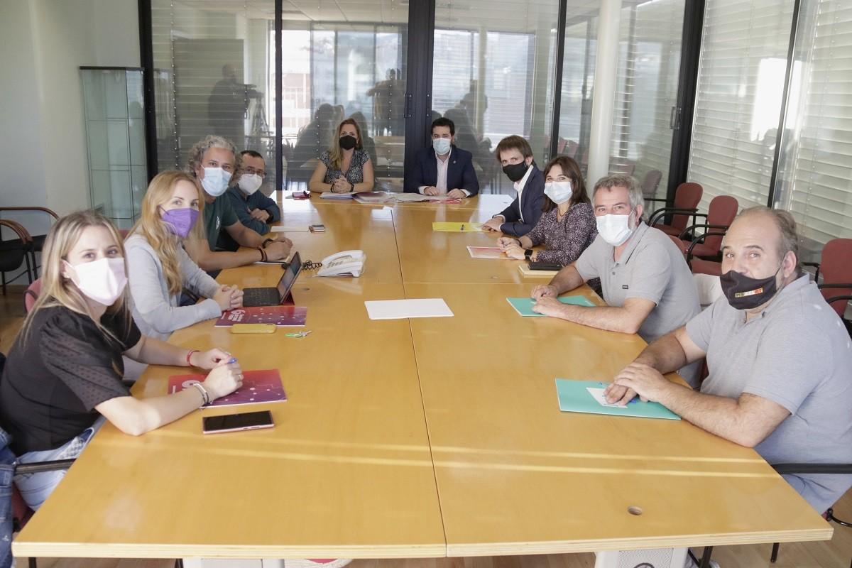 Els equips negociadors del PSC, Guanyem, ERC, Badalona En Comú i Junts, aquest dimarts.