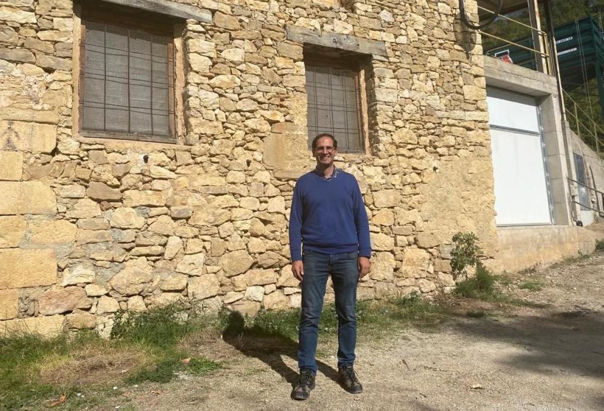 Ivan Caelles davant el molí d'oli de Sant Miquel de la Vall