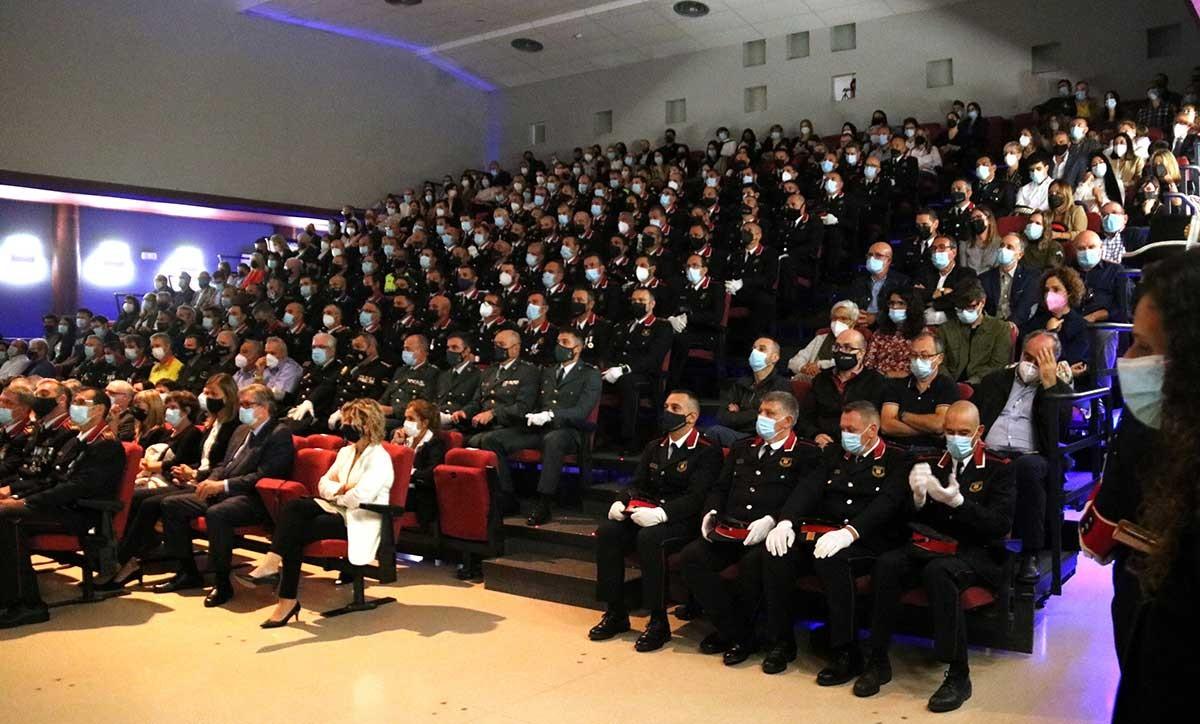 Auditori del teatre La Llanterna de Móra d'Ebre amb els agents i familiars que han participat en la celebració del Dia de les Esquadres de la regió Terres de l'Ebre.