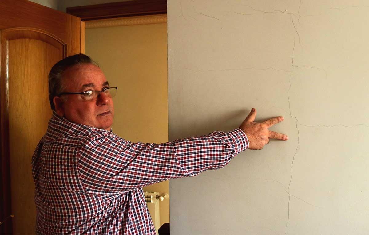 José Miguel Monllaó mostrant una esquerda a la paret d'una habitació de la seva casa d'Amposta causada pels terratrèmols del projecte Castor.
