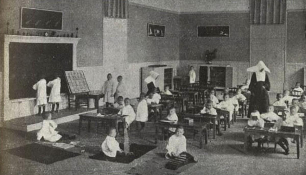 Fotografia de 1920 en què es volia il·lustrar les pràctiques Montessori a la Casa de Maternitat.