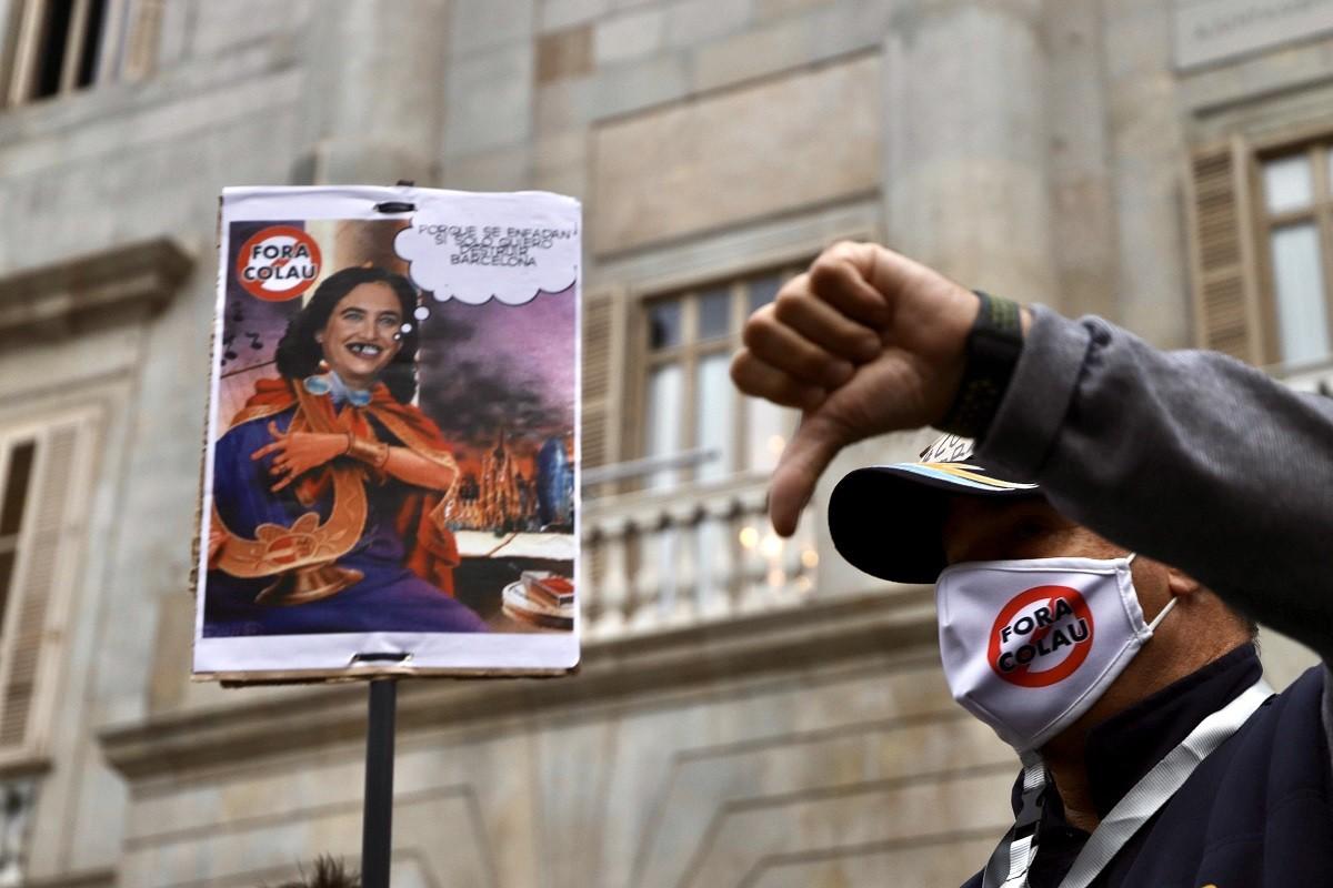 La manifestació contra Colau a plaça Sant Jaume