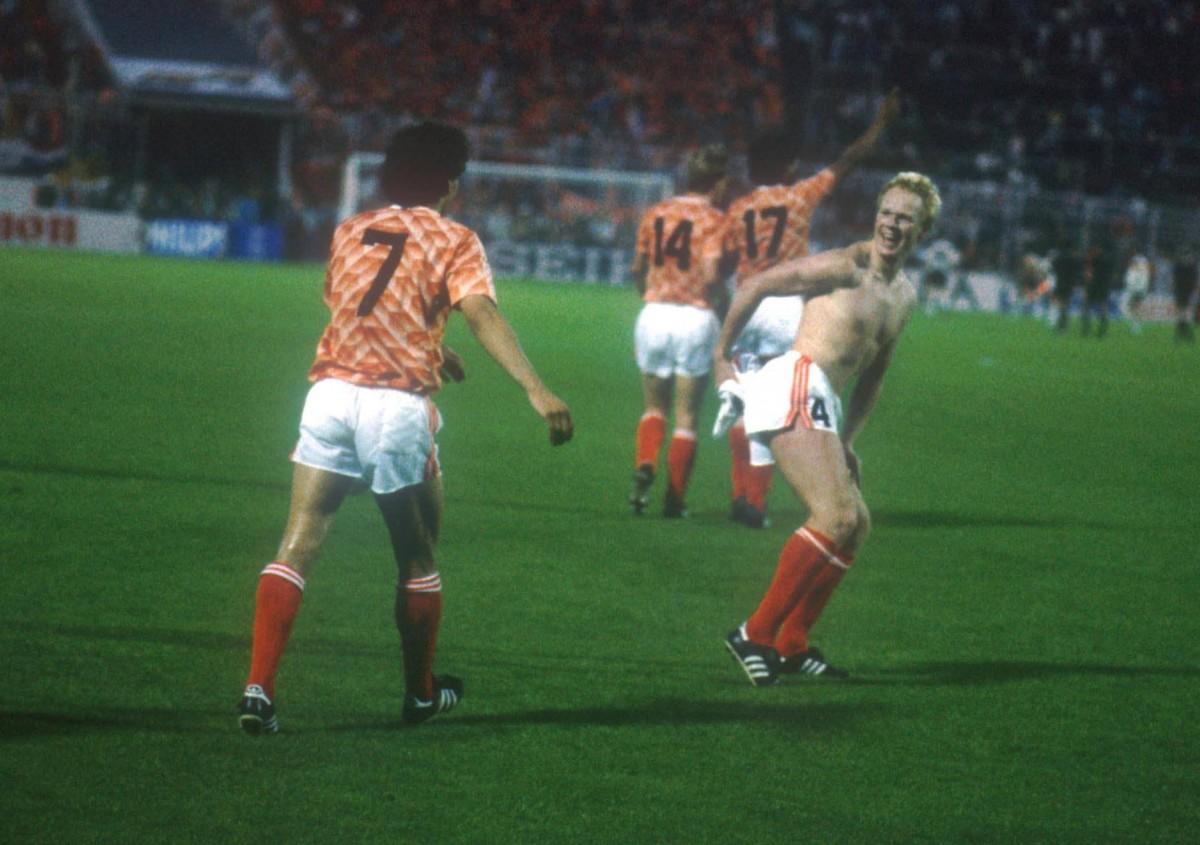 Ronald Koeman es neteja el cul amb la samarreta alemanya un cop acabada la semifinal de l'Eurocopa de 1988