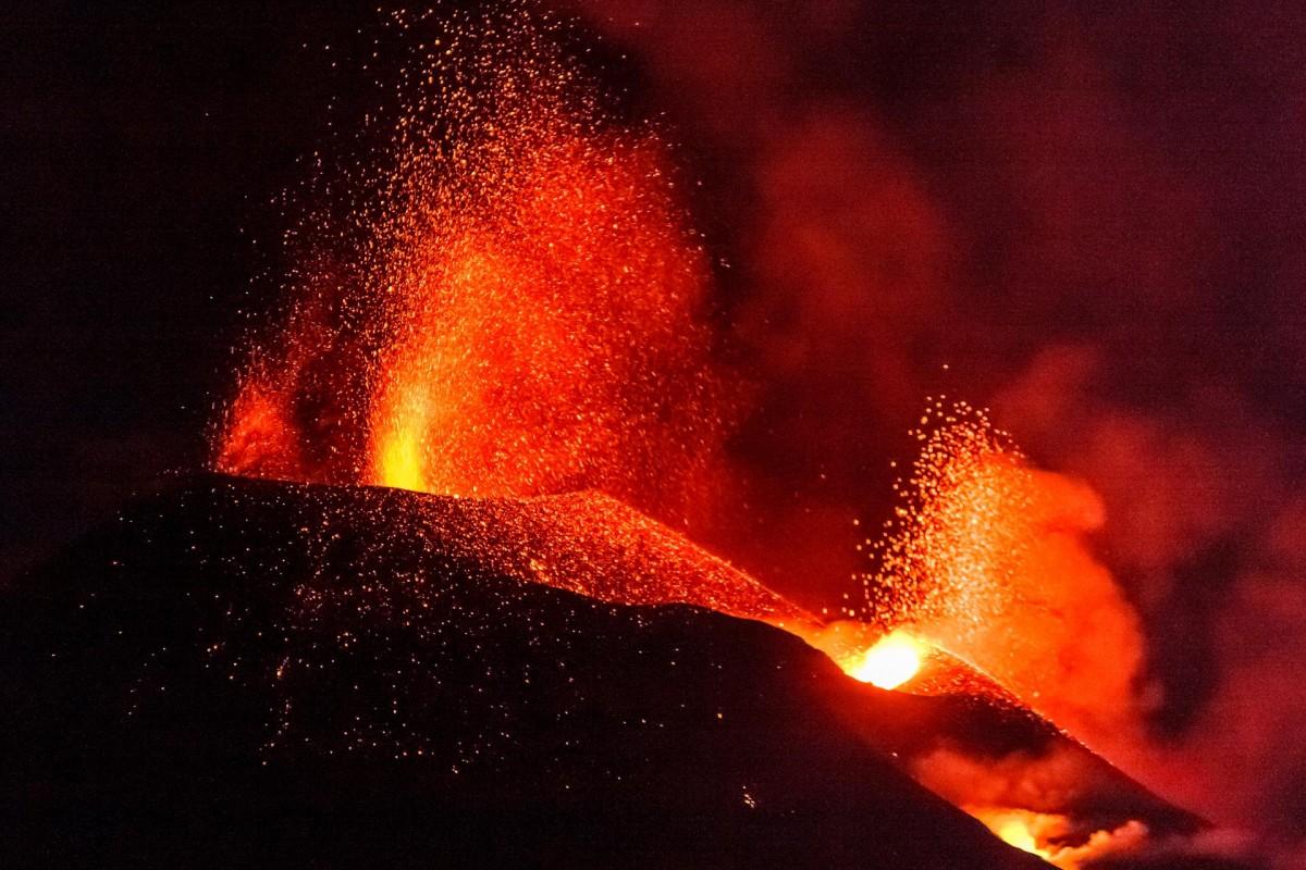 El volcà Cumbre Vieja, a La Palma, en erupció, durant l'octubre