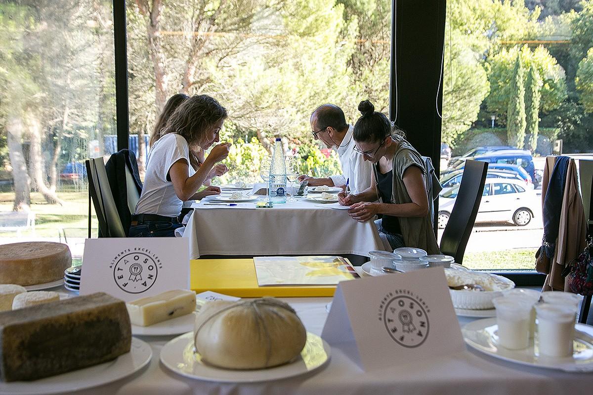 Un moment del tast realitzat pel jurat d'experts en la selecció dels productes finalistes.