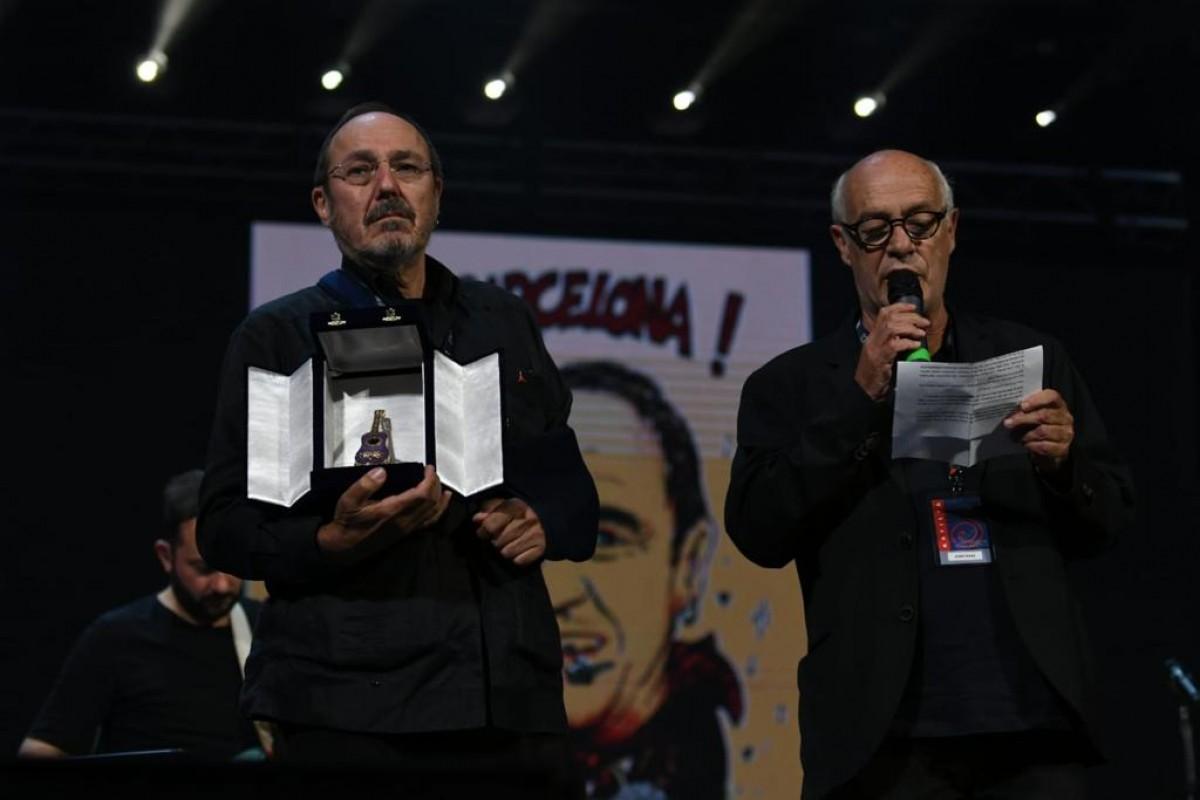 Pere Camps rep el premi Tenco de mans de Joan Isaac