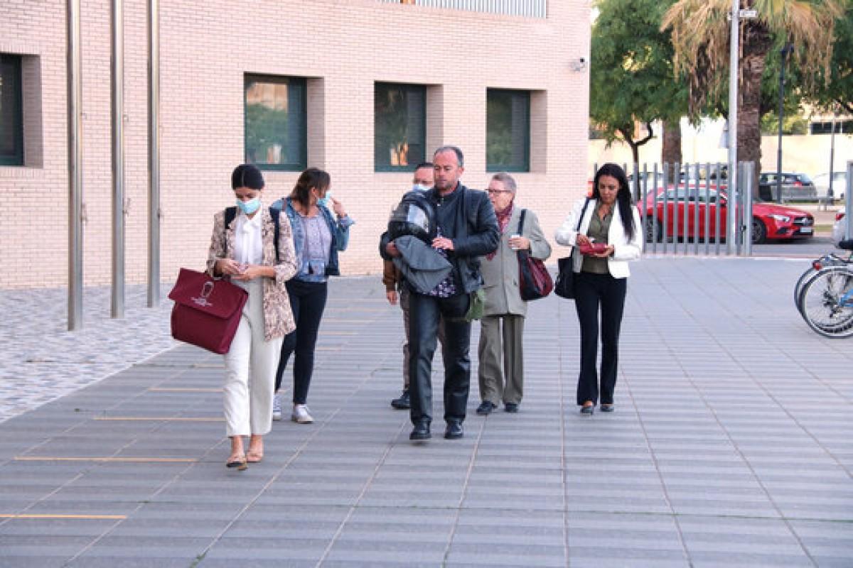 Pla general dels testimonis de la plataforma d'afectats pel Castor, Aplaca, i els seus advocats arribant a la Ciutat de la Justícia de Castelló.