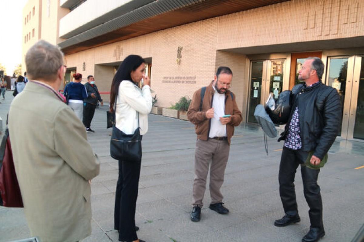 Pla general de Núria Ferrer, Maria José Cardozo, Joan Ferrando i Toni Martín, a les portes de l'Audiència de Castelló després de testificar en el judici del Castor.