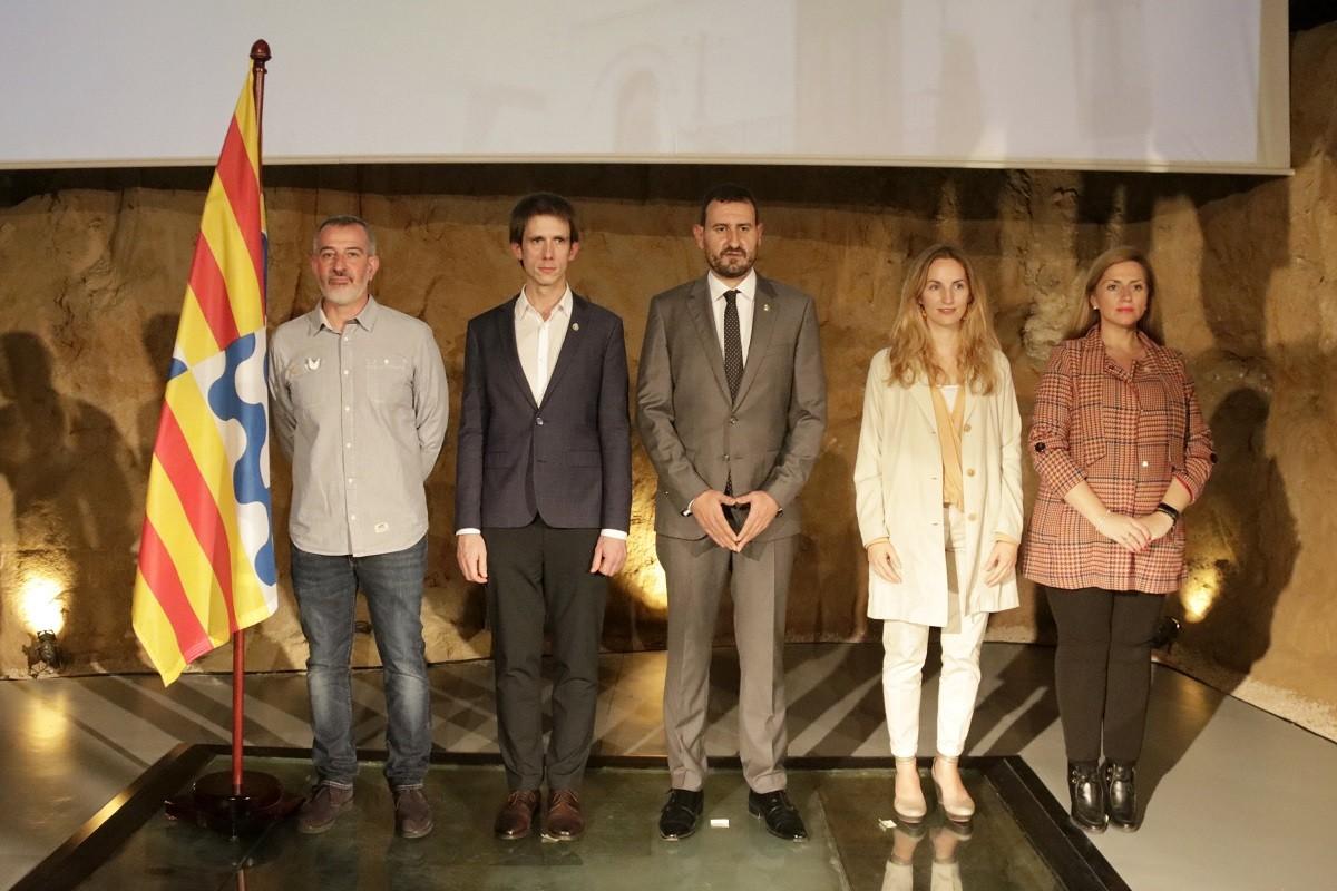 El futur alcalde Rubén Guijarro (PSC), acompanyat de David Torrents (Junts), Àlex Montornès (ERC), Aïda Llauradó (comuns) i Teresa González (PSC)