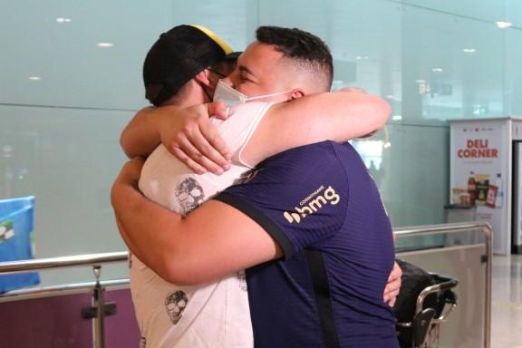 Tornen les abraçades amb familiars i amics a l'interior dels aeroports