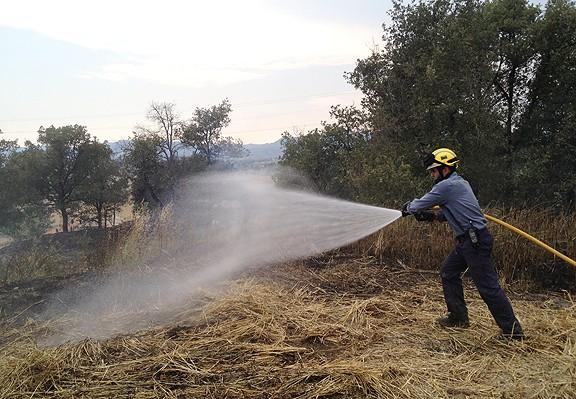 Un bomber, treballant en un incendi.