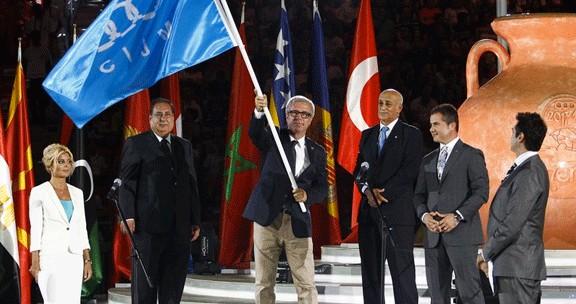 Moment de la recollida de la bandera dels Jocs Mediterranis per part de l'alcalde de Tarragona, Josep Fèlix Ballesteros.
