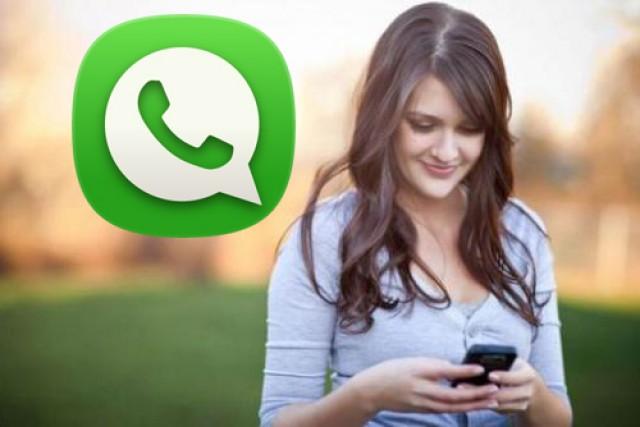 Una noia utilitzant el servei de missatgeria instantània.